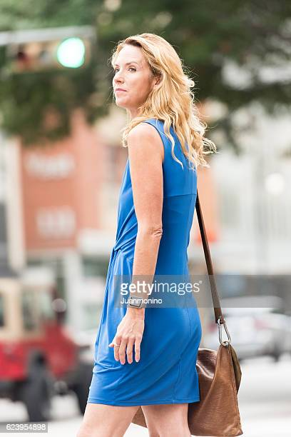 urban mature blond woman - sleeveless dress - fotografias e filmes do acervo