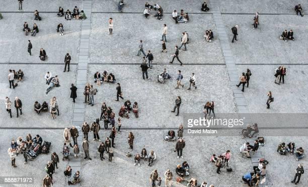 urban pedestrians from above. - explosion démographique photos et images de collection