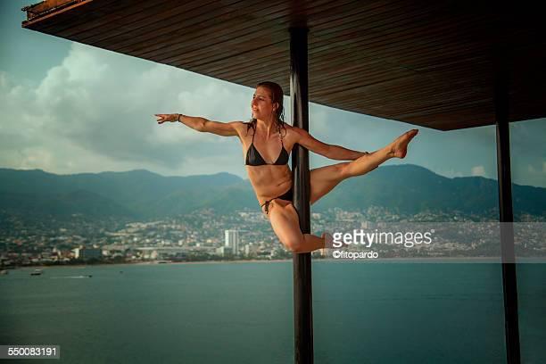 urban pole (pole fitness) in acapulco bay, mexico - アカプルコ ストックフォトと画像