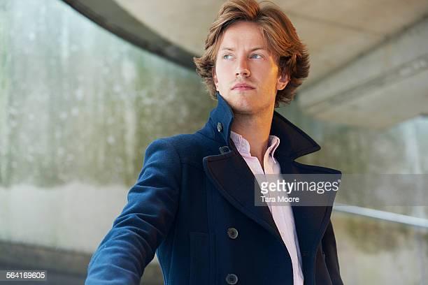 urban portrait of young businessman - kragen stock-fotos und bilder