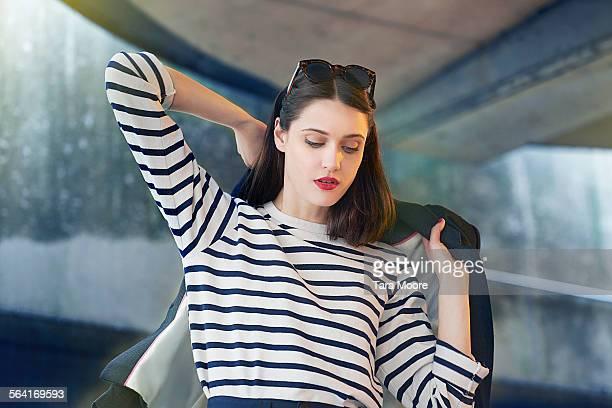 urban portrait of young professional woman - mantel stock-fotos und bilder