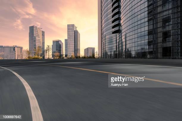 urban road - calle urbana fotografías e imágenes de stock
