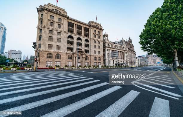 urban road - strisce pedonali foto e immagini stock