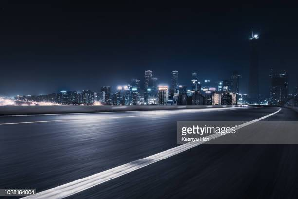 urban road - night stockfoto's en -beelden