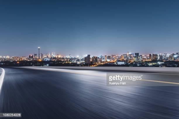 urban road - nederzettingen stockfoto's en -beelden