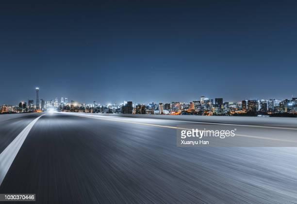 urban road - freie straße stock-fotos und bilder