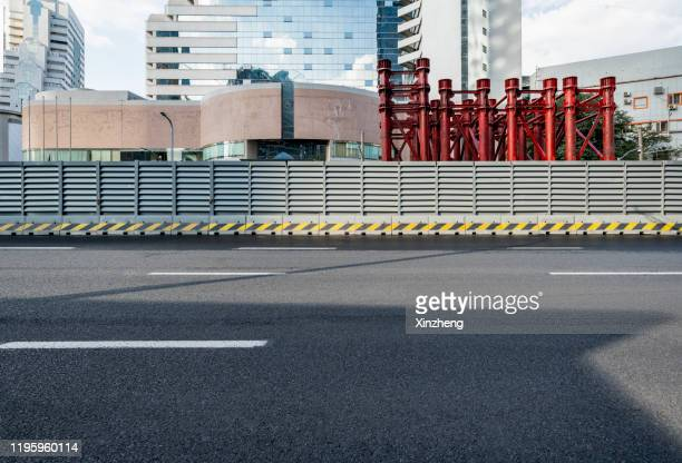 urban road - straßenrand stock-fotos und bilder