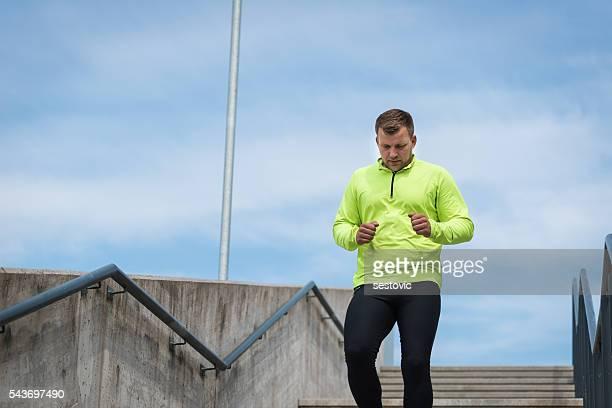 Städtisch Läufer, die Treppe hinunter