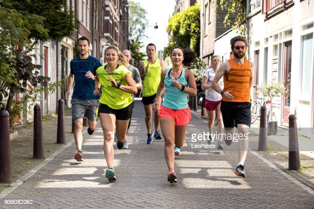 urban runners crew training in the city - maratona foto e immagini stock