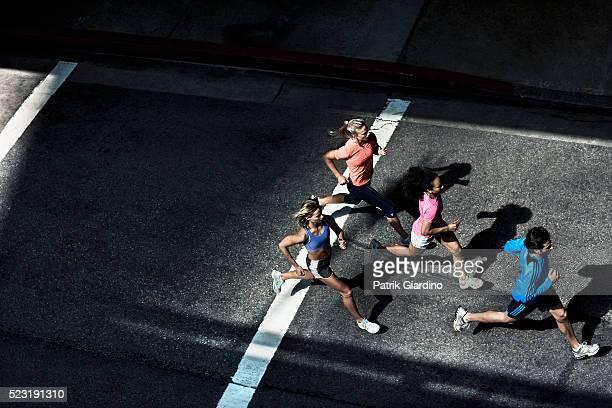 urban runners - correr fotografías e imágenes de stock