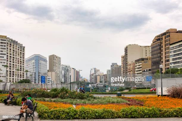 cena urbana em mira flores, em lima, peru - lima região de lima - fotografias e filmes do acervo