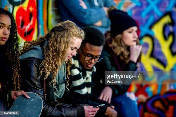urban scene - alleen tieners stockfoto's en -beelden