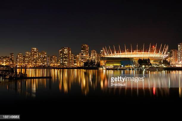 都会風のシルエットのダウンタウンバンクーバー(カナダ) - bcプレイス・スタジアム ストックフォトと画像