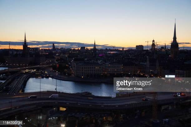 urban skyline of gamla stan at dusk, stockholm, sweden - iglesia de riddarholmen fotografías e imágenes de stock