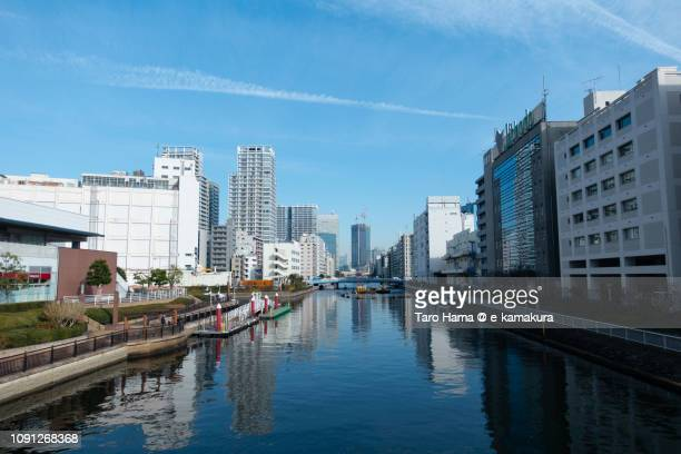 urban skyline on the canal in minato ward of tokyo in japan - 運河 ストックフォトと画像