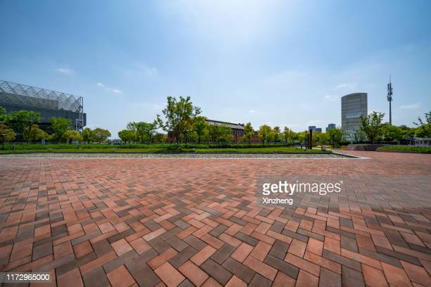 urban skyline, parking lot - 敷石 ストックフォトと画像