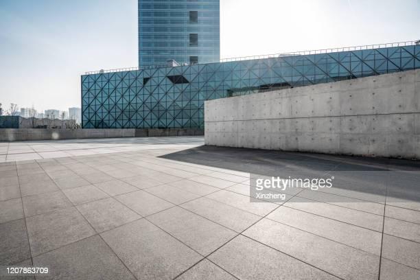 urban skyline, parking lot - international landmark stock-fotos und bilder
