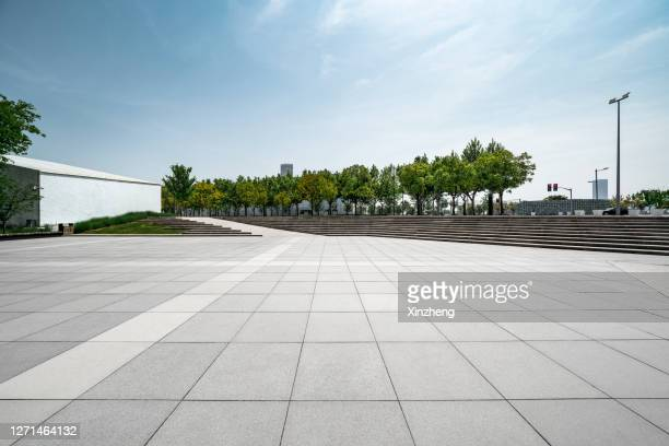 urban skyline, parking lot - stadsplein stockfoto's en -beelden