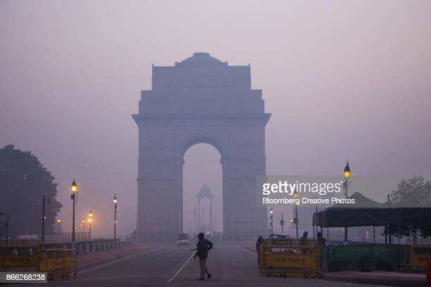 urban smog in delhi - delhi stock pictures, royalty-free photos & images