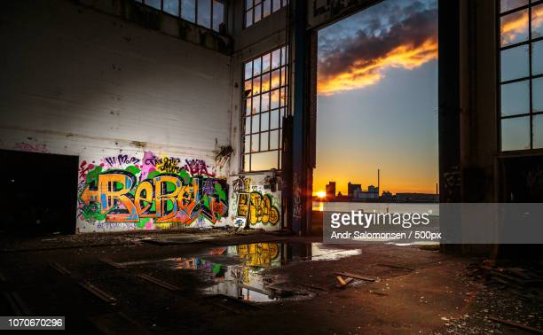 urban sundown - vandalismus stock-fotos und bilder