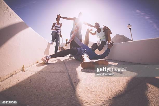 Urban adolescentes felizmente Posando no crazy postions com reflexo da luz solar