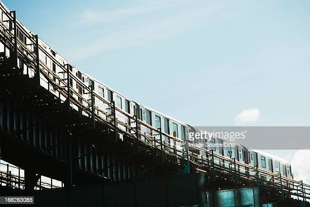 urban train on elevated tracks - new york city subway stock pictures, royalty-free photos & images