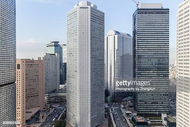 urban view of shijuku tokyo city at daytime - rascacielos fotografías e imágenes de stock