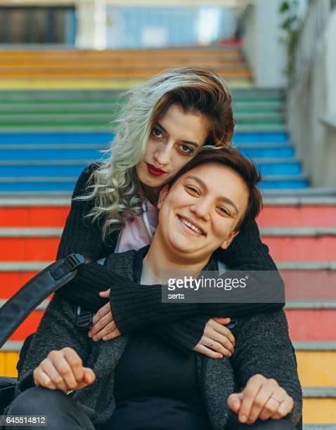 urbain jeune femelle vrai couple bénéficiant d'extérieurs - ados lesbiennes en couple photos et images de collection