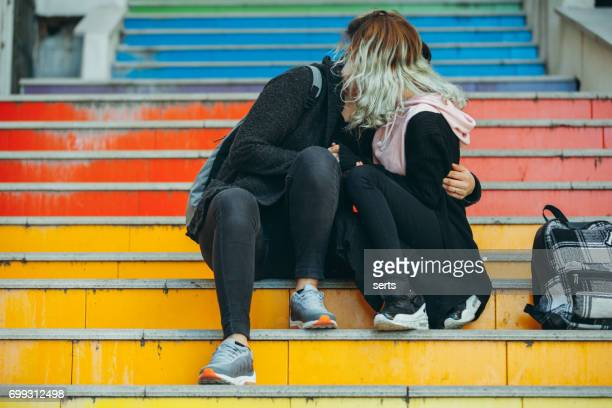 urban young female real couple enjoying outdoor - lesbica bacio foto e immagini stock