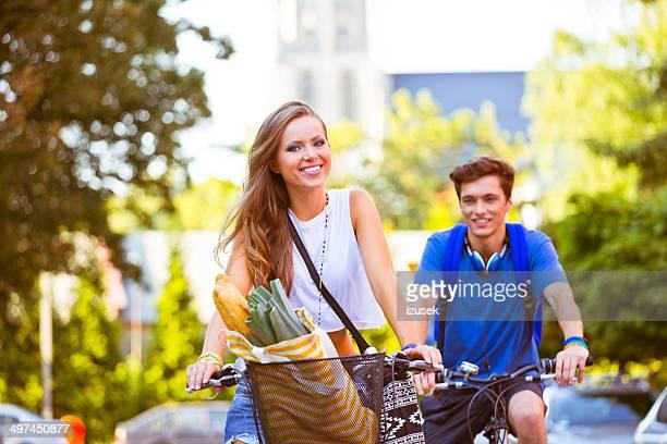 Urban junge Menschen Radfahren