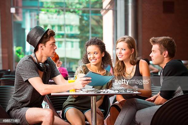 urban junge menschen im coffee shop - izusek stock-fotos und bilder
