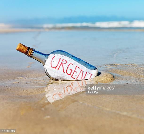 Urgent dit message dans la bouteille au bord de l'eau