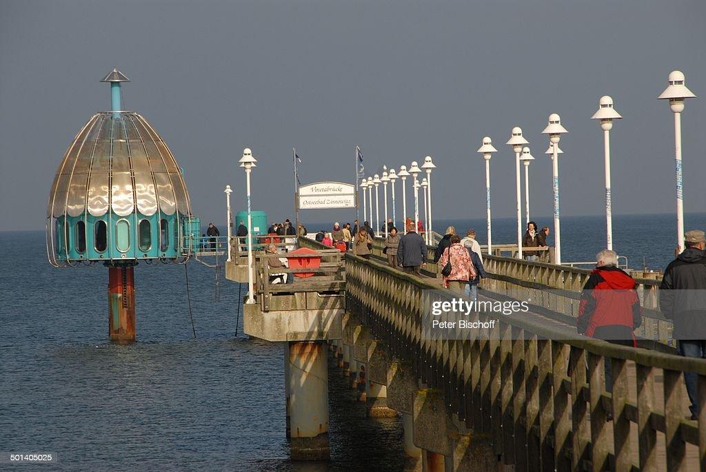 Urlauber auf Vinetabrücke, Ostseebad Zinnowitz, Ostsee-Insel Usedom, Mecklenburg-Vor : Foto jornalística