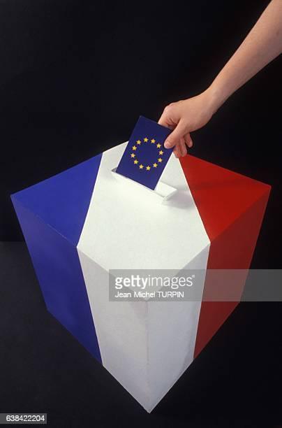 Urne aux couleurs francaises et bulletin de vote représentant le drapeau européen dans la perspective du référendum sur le traité de Maastricht en...