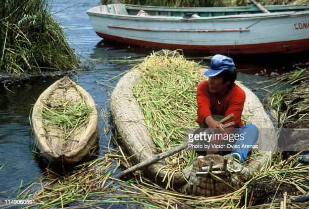 uro man on a totora boat made of dried reeds by the indigenous uru people of peru - victor ovies fotografías e imágenes de stock
