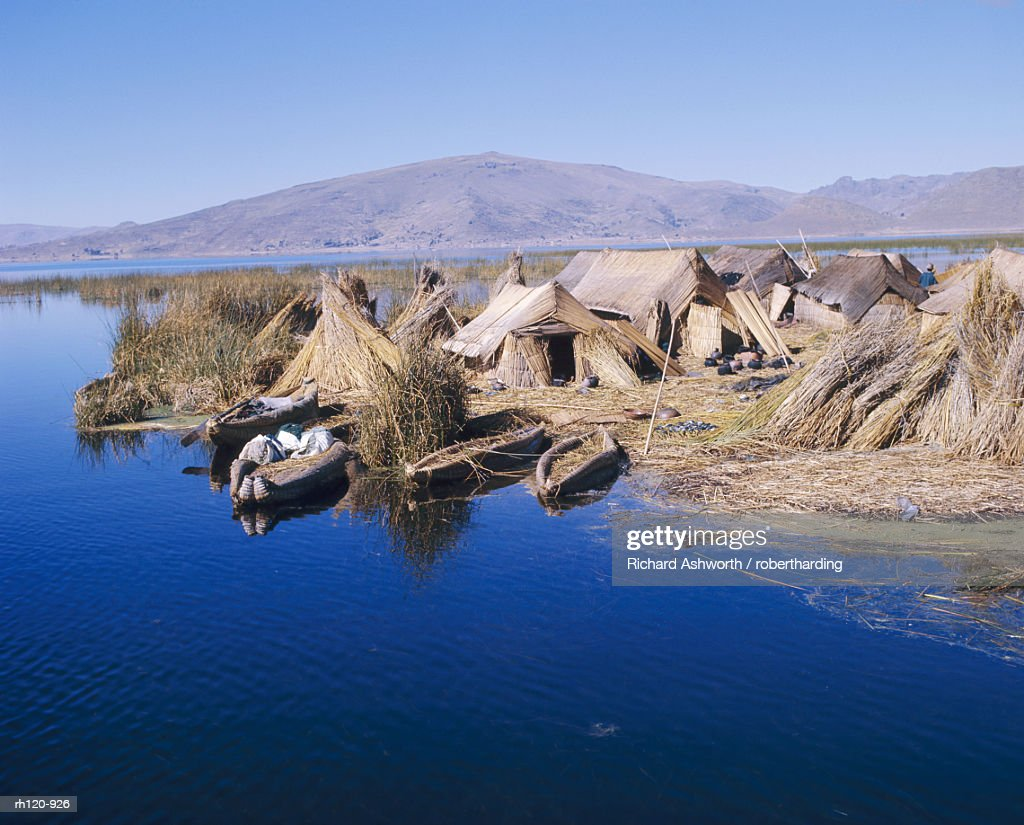 Uros Indian dwellings, beside lake, Peru, South America : Foto de stock
