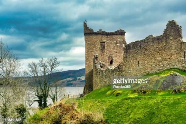 urquhart castle, loch ness, scottish highlands near drumnadrochit, uk - drumnadrochit stock pictures, royalty-free photos & images