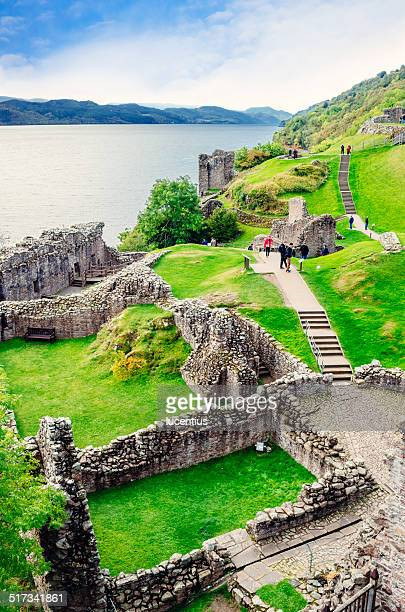 castillo de urquhart, escocia - loch ness fotografías e imágenes de stock