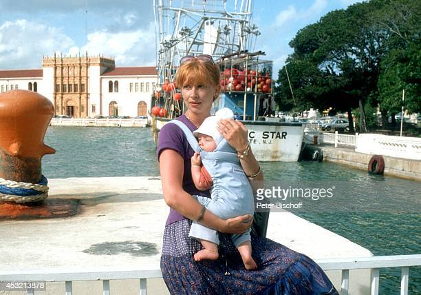 Ursela Monn Sohn MarkDara am Rande vom Dreh zur ZDFSerie Das Traumschiff Folge 1 Karibik/Bahamas am auf den Bahamas