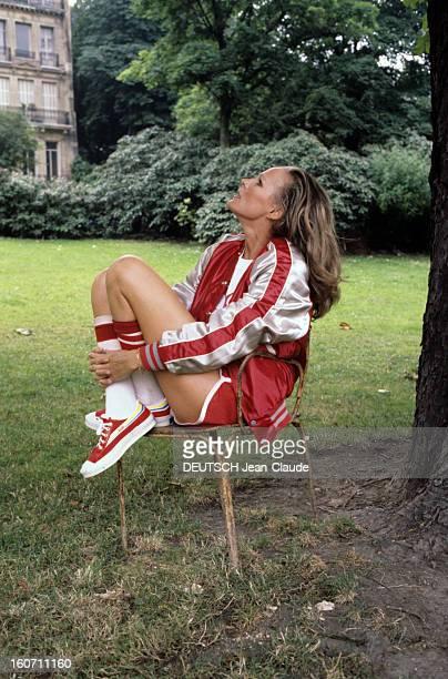 Ursula Andress En juillet 1978 Ursula ANDRESS actrice en short et veste de survêtement de sport assise dans jardin à l'extérieur