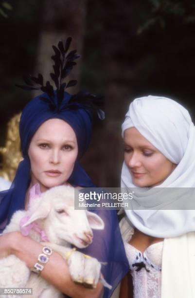 Ursula Andress et Mimi Coutelier sur le tournage du film 'Liberté Égalité Choucroute' réalisé par Claude Chabrol en septembre 1984 France