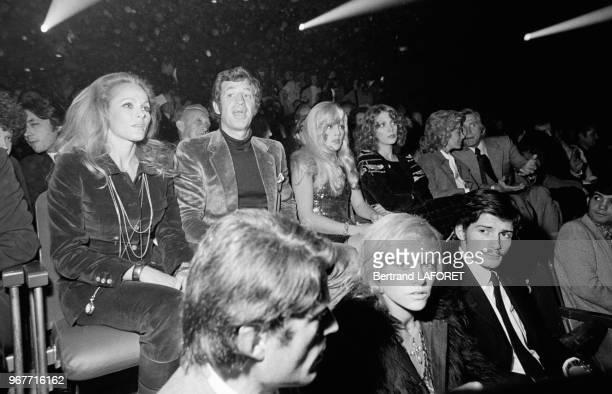 Ursula Andress JeanPaul Belmondo et Sylvie Vartan avec Kirk Douglas et son épouse Anne à droite et au premier plan Nathalie Delon et Marc Porel au...