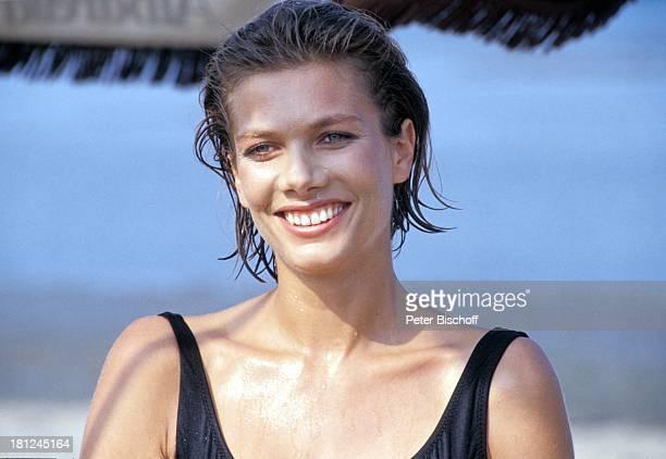 Ursula Karven PRO 7 Serie Glueckliche Reise Folge 13 Italien Episode 3 Ein Reiseleiter als Ehestifter Insel Albarella/Italien Strand Badeanzug Profil...