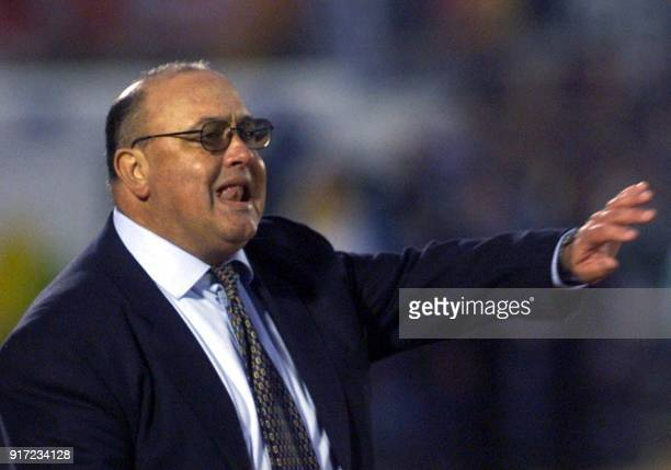 Uruguayan coach Victor Pua directs Uruguayan players during the 2002 FIFA World Cup KoreaJapan qualification game against Brazil 01 July 2001 in...
