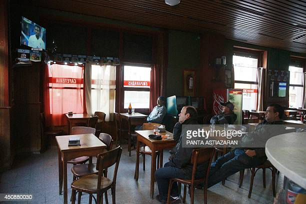 Uruguayan fans gather at a bar in Montevideo on June 19 2014 to watch on the tele the Uruguay vs England Fifa World Cup 2014 match AFP PHOTO/PANTA...