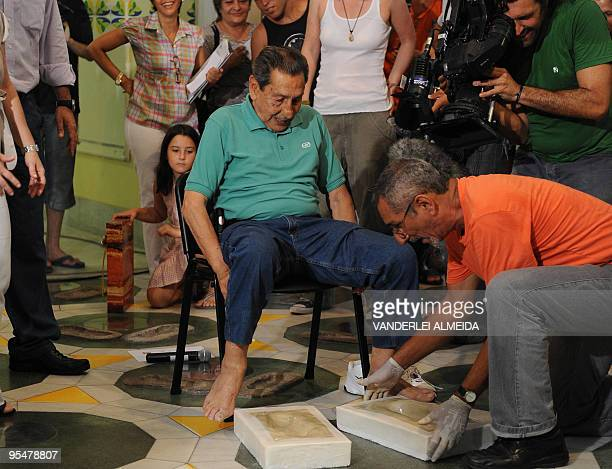Uruguayan former footballer Alcides Ghiggia leaves his footprints at Maracana's Walk Of Fame in Rio de Janeiro on December 29 2009 Ghiggia was...
