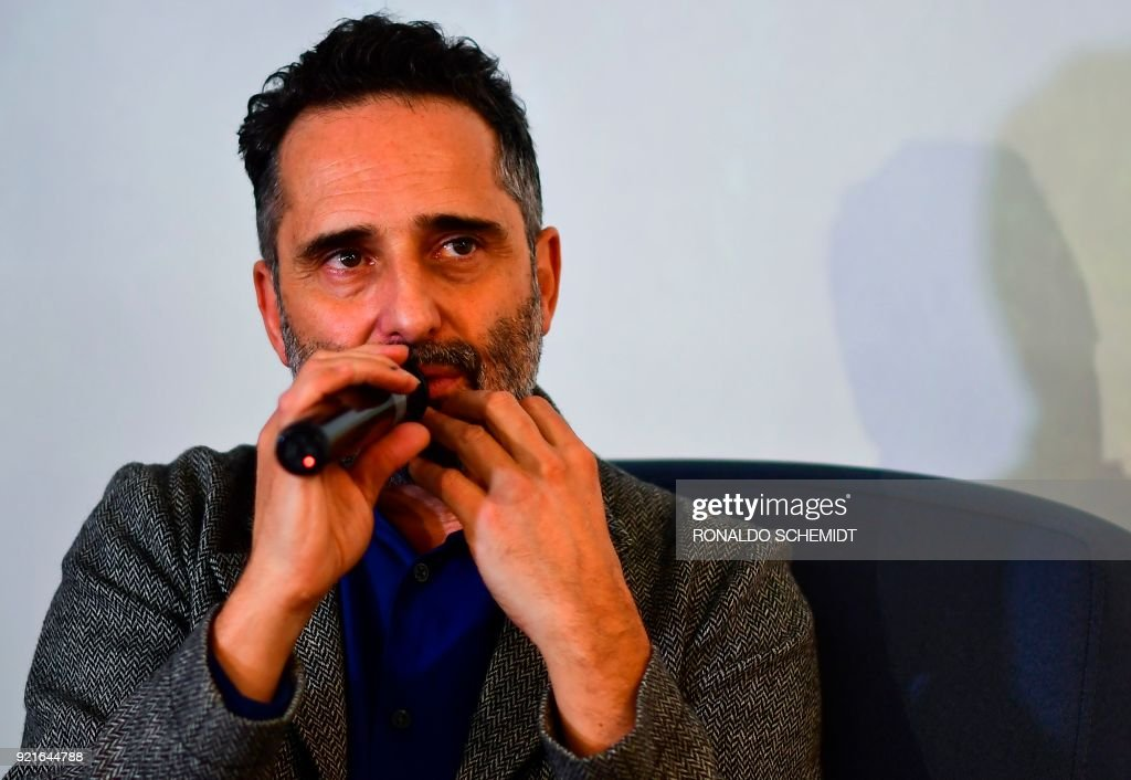 Uruguayan musician Jorge Drexler attends a press conference at Memoria y Tolerancia museum, in Mexico City, on February 20, 2018. Drexler is in Mexico to perform in a series of concerts in the country and present his new album 'Salvavidas de Hielo'. / AFP PHOTO / Ronaldo SCHEMIDT