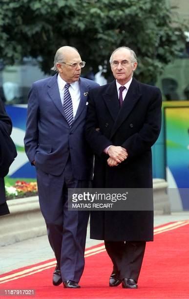 Uruguayan President Jorge Batlle and Argentine President Fernando de La Rua walk towards the Moneda palace in Santiago, Chile, 17 August 2001 to pose...