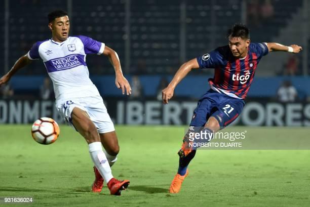 Uruguay's Defensor Sporting player Jorge Rojas vies for the ball with Santiago Arzamendia of Paraguay's Cerro Porteno during their 2018 Copa...
