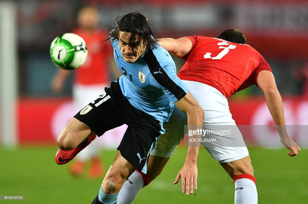 Uruguay's Edinson Cavani (L) and Austria's Aleksandar Dragovic vie for the ball during the international friendly football match Austria v Uruguay in Vienna, on November 14, 2017. /